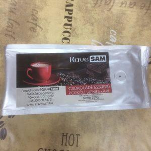 Pörkölt szemes kávé keverék 50% Arabica 50% Robusta kávéból. Közepes pörkölésű, csokoládé ízesítéssel